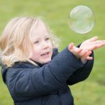girl-catching-bubbles-child-photo-shoot